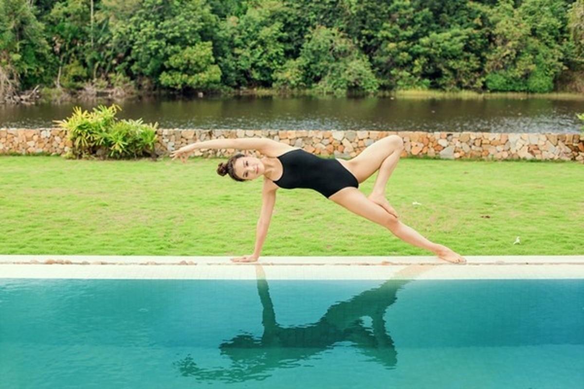 Ngam Phuong Trinh khoe duong cong goi cam voi cac tu the yoga nong bong