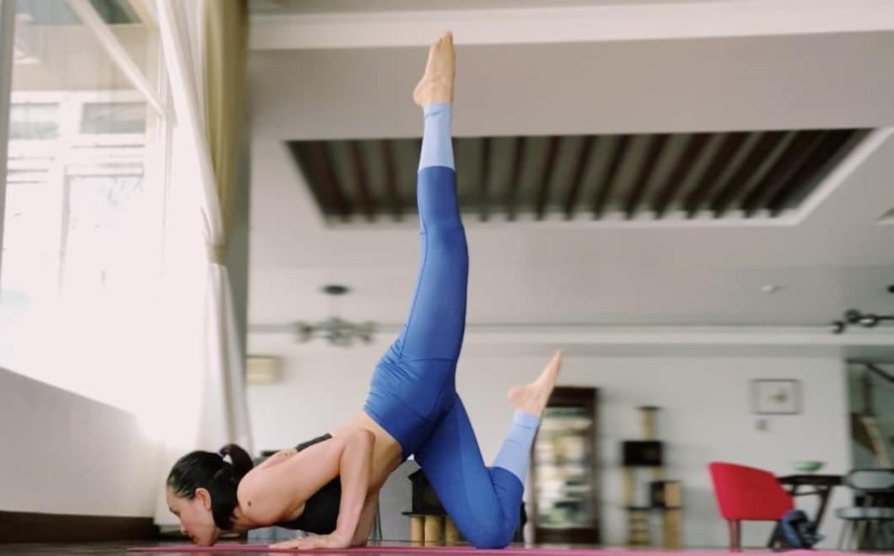 MC Phuong Mai me tap yoga, mua cot de giu dang quyen ru-Hinh-5