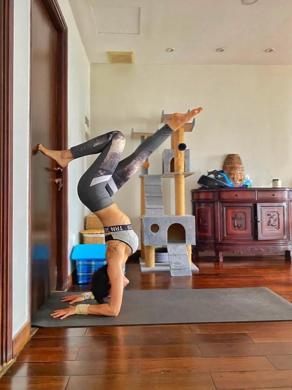 MC Phuong Mai me tap yoga, mua cot de giu dang quyen ru-Hinh-6