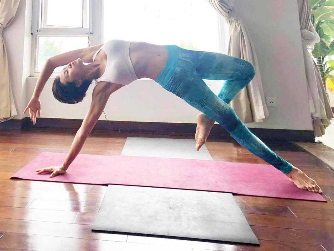 MC Phuong Mai me tap yoga, mua cot de giu dang quyen ru