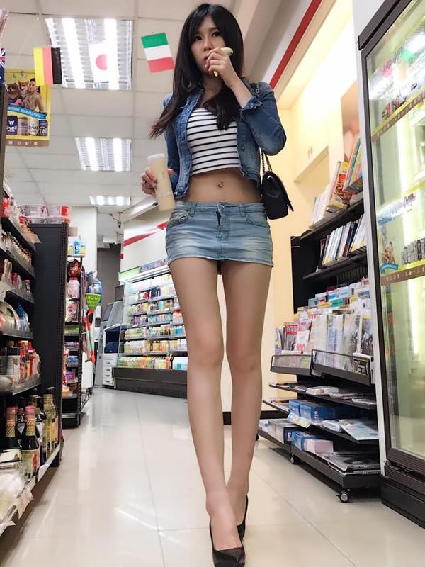 Nguoi dep Trung Quoc gay buc xuc vi dien do cuc ngan khoe chan dai-Hinh-2