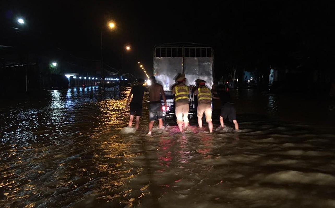 Xuc dong CSGT Ha Noi loi nuoc lu day o to chet may giup dan-Hinh-5