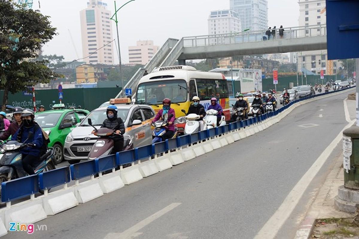 Anh: Oto, xe may phong vun vut trong lan buyt nhanh du duong vang-Hinh-2
