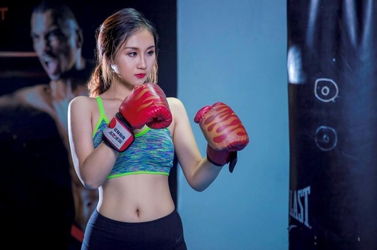 Ngam dan hot girl DH Ngoai Thuong khoe eo thon, chan dai