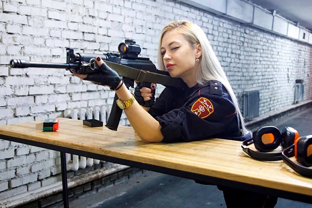 """Soi sắc vóc """"nữ vệ binh đẹp nhất nước Nga"""" vừa bị đuổi việc"""