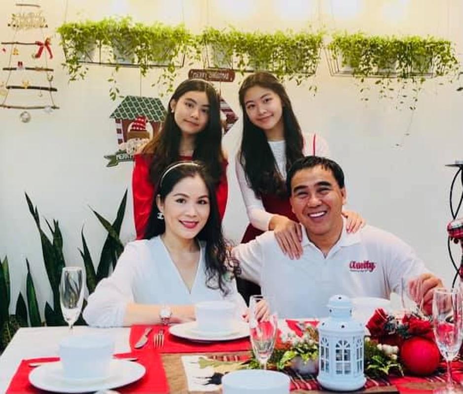 """Ra dang Hoa hau tuong lai, tieu thu nha Quyen Linh """"gay bao"""" mang"""