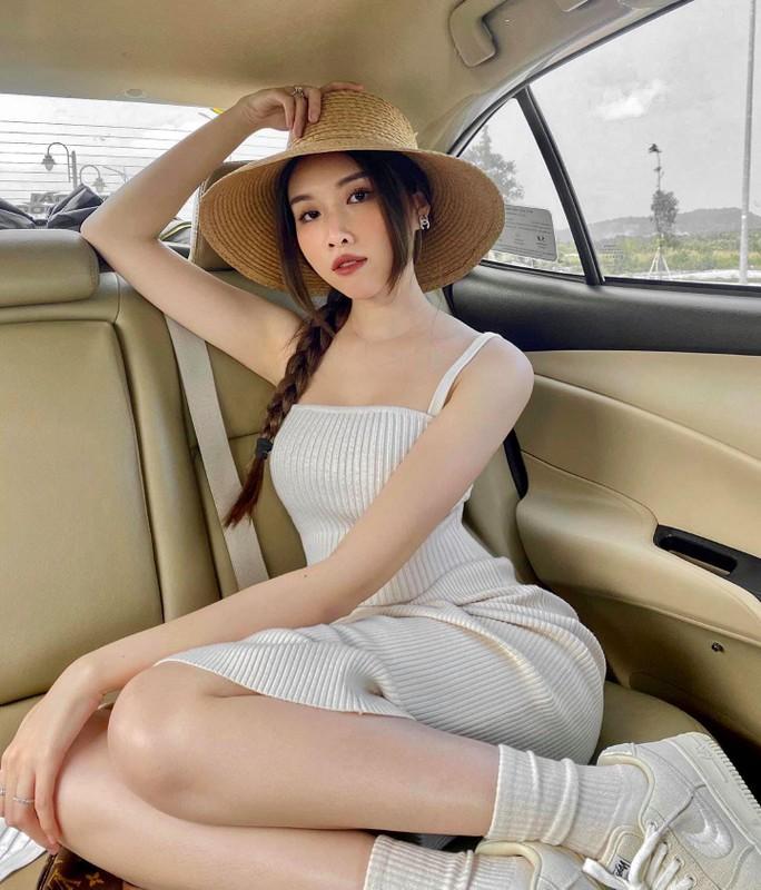 """Nữ MC dẫn 3000 chữ không cần kịch bản lộ đôi chân """"hút mắt"""""""
