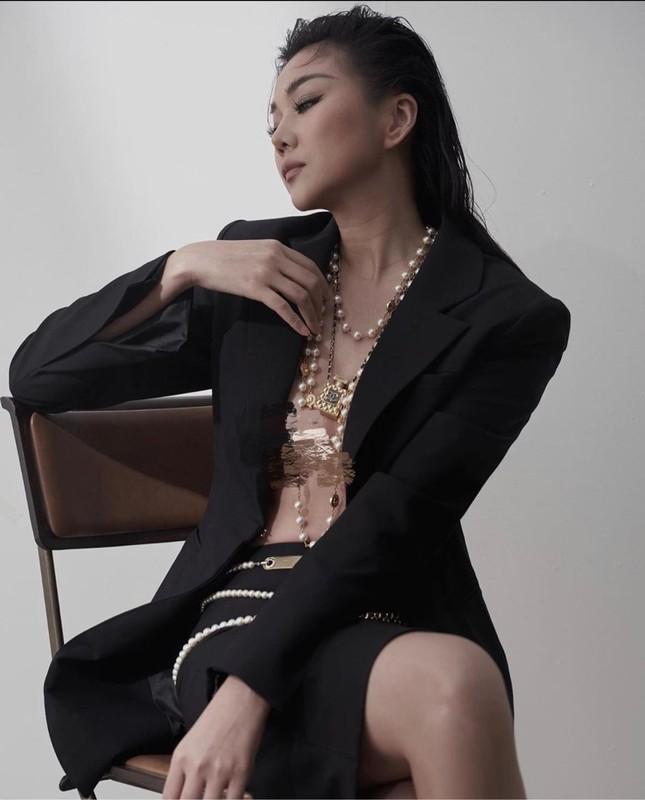 "Thanh Hang ""tha rong"" vong 1 sieu goi cam cung phu kien Chanel-Hinh-2"