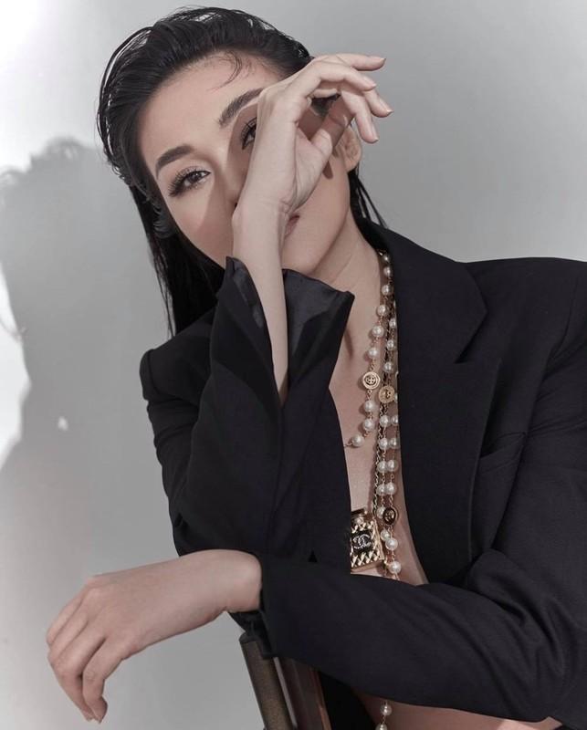 "Thanh Hang ""tha rong"" vong 1 sieu goi cam cung phu kien Chanel-Hinh-4"