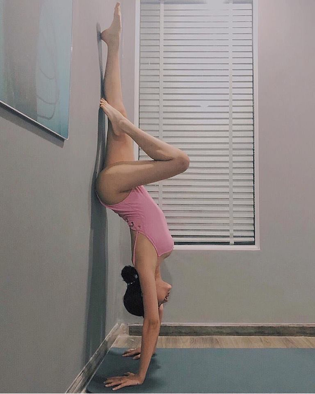 My nhan Viet dua nhau thuc hien tu the yoga kho, khoe body nong bong-Hinh-2