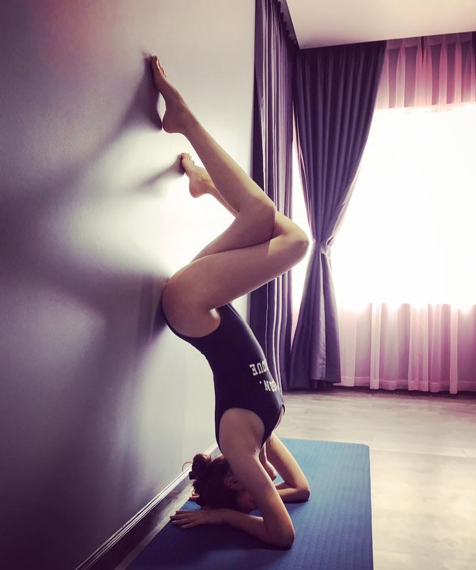 My nhan Viet dua nhau thuc hien tu the yoga kho, khoe body nong bong