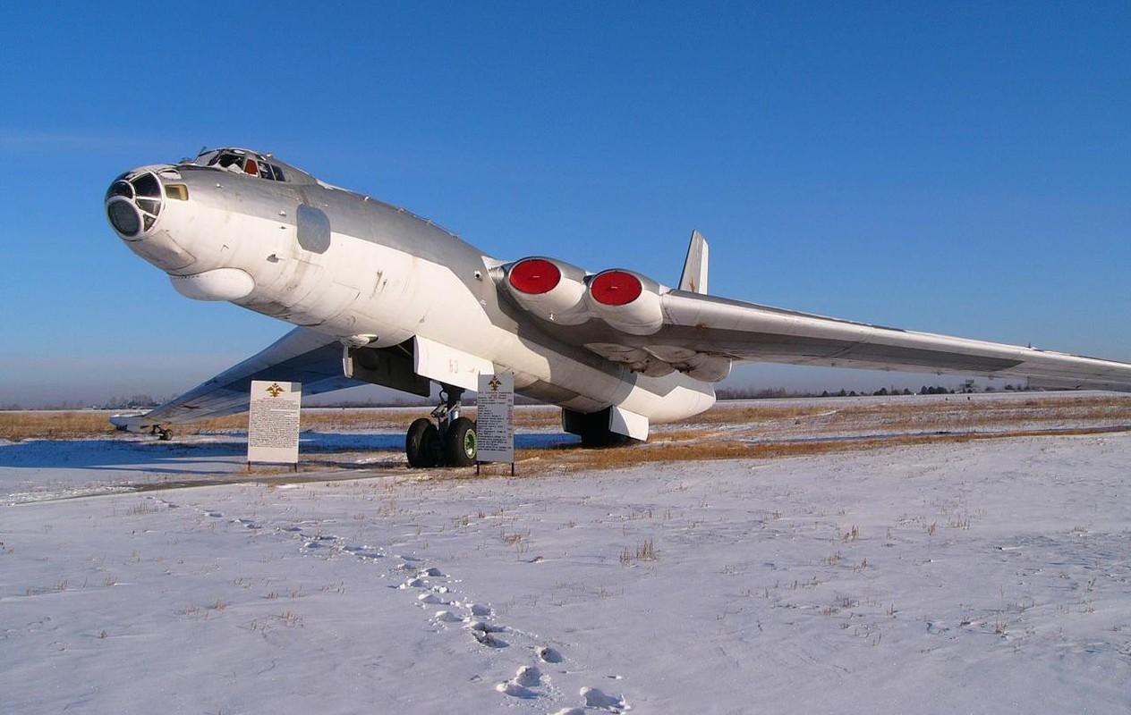 Bieu tuong nem bom khien NATO so hai bi vut ngon ngang-Hinh-4