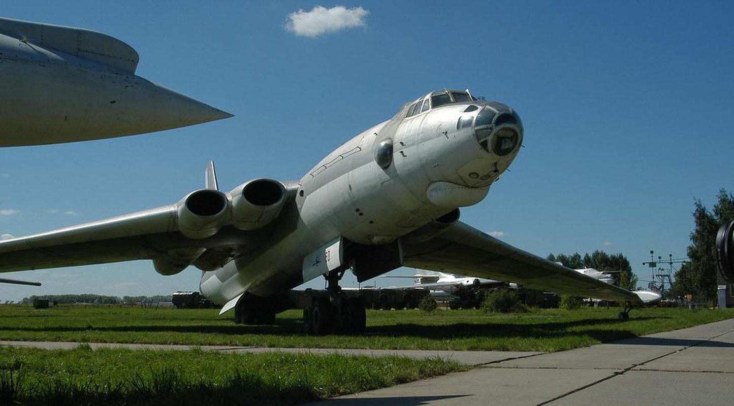 Bieu tuong nem bom khien NATO so hai bi vut ngon ngang-Hinh-9