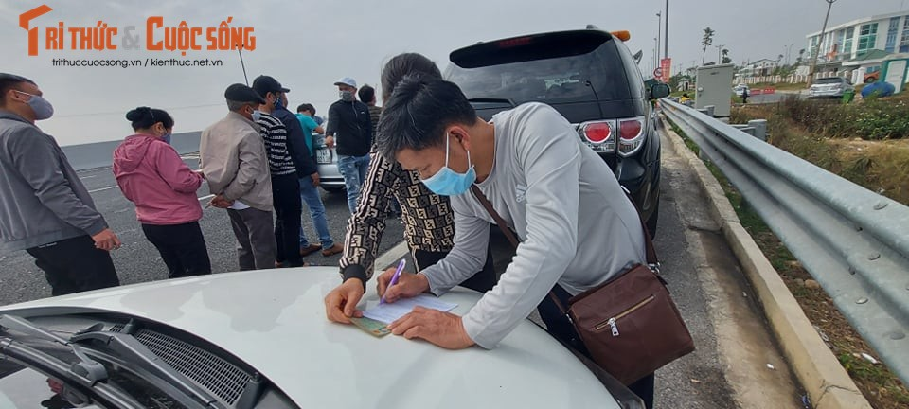 Ngay dau tien Quang Ninh cho phep xe khach hoat dong tro lai: Xe un dai-Hinh-10