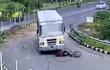 """Bị xe buýt """"nuốt trọn"""", người đi xe máy thoát chết thần kỳ"""