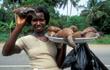 Khiếp đảm món ốc sên khổng lồ - đặc sản ăn vặt ở châu Phi