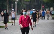 Hàng trăm người thể dục buổi sáng ở hồ Gươm