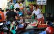 Chợ tự phát ở TP.HCM vẫn đông sau lệnh dừng hoạt động