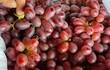 """Sự thật """"ngã ngửa"""" về loại nho ruby không hạt giá rẻ bán đầy chợ Việt"""