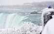 Dòng thác dữ bị đóng băng, khoác màu áo trắng tinh khôi kỳ ảo