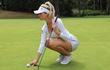 Nữ golf thủ người Anh thích diện đồ bó sát gây ngượng khi ra sân