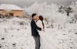 Cặp đôi chịu lạnh để chụp ảnh cưới giữa băng tuyết ở Y Tý