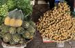 Hoa quả tươi đắt khách, cam tăng tới chục giá ở nhiều chợ Hà Nội