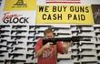 Ngày cuối cùng ông Donald Trump tại vị: Dân Mỹ ồ ạt đi mua súng