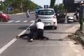 Vụ cướp đâm tài xế taxi: Xác minh người mặc đồ công an đứng gọi điện thoại