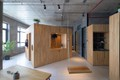 Căn hộ Việt lên báo Mỹ nhờ thiết kế khối chức năng bằng gỗ giữa nhà,
