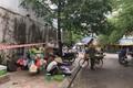 Chợ cóc họp ngay trên vỉa hè ở Hà Nội bất chấp Chỉ thị 16