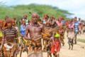 Phong tục kỳ lạ của bộ tộc nhảy qua lưng bò lấy bao vợ tùy ý