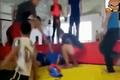 Video: Thách đấu cao thủ, võ sĩ bị đá cắm đầu xuống đất