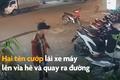 Video: Bé gái ngơ ngác khi bị giật điện thoại