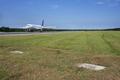 Khám phá sân bay có hai ngôi mộ ngay trên đường băng