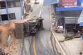 Video: Lật nghiêng khi vào cua, xe chở gạch đè tử vong 2 người