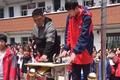 Ngôi trường ở Trung Quốc bắt học sinh dùng búa đập điện thoại