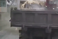 Video: Vào cua tốc độ cao, 2 xe tải đấu đầu kinh hoàng