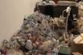 Chủ nhà phát hoảng trước đống rác trong phòng trọ của nam sinh viên