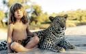 Kỳ lạ: bé gái thân thiết với cả động vật ăn thịt