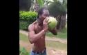 Dị nhân dùng răng bóc vỏ dừa siêu đẳng