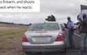 Clip hot: Cả gan rút súng bắn cảnh sát ngay giữa đường