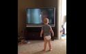 Em bé tập võ trước tivi dễ thương không chịu nổi