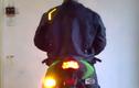 Chiếc áo bật đèn xin nhan sang đường như xe máy