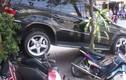 Xe sang Mercedes nghiền nát xe máy trên vỉa hè