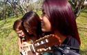 Ba cô gái chơi một cây guitar cùng lúc hay ngỡ ngàng