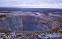 Video: Thị trấn nằm bên hố sâu khổng lồ như cửa địa ngục