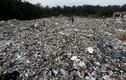 """Hãi hùng cuộc sống thị trấn """"ngập"""" trong 19.000 tấn rác thải nhựa"""