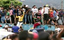 """Dân Venezuela """"phá"""" rào, vượt biên sang Colombia tìm thức ăn"""