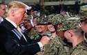 """Hành động """"lạ"""" của Tổng thống Trump khi thăm binh sĩ tại Nhật"""